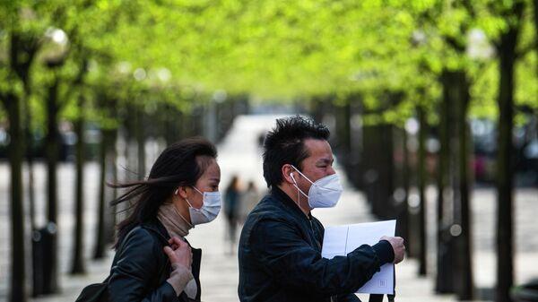 Прохожие в медицинских масках в Стокгольме