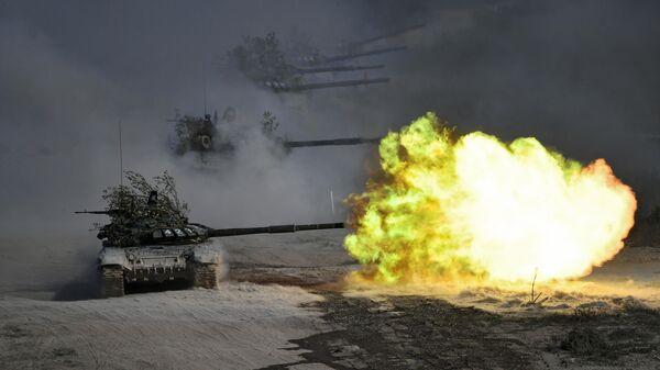 Танки Т-72 во время командно-штабных учений Кавказ-2020 на полигоне Раевский в Новороссийске