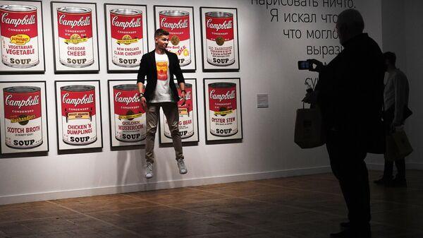 Посетители у работы 32 банки супа Кэмпбелл Энди Уорхола на выставке Я, Энди Уорхол в Государственной Третьяковской галерее на Крымском Валу в Москве.