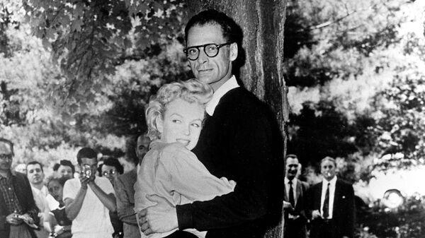 Мэрилин Монро и Артур Миллер за несколько часов до свадьбы возле дома Миллера в Роксбери, штат Коннектикут