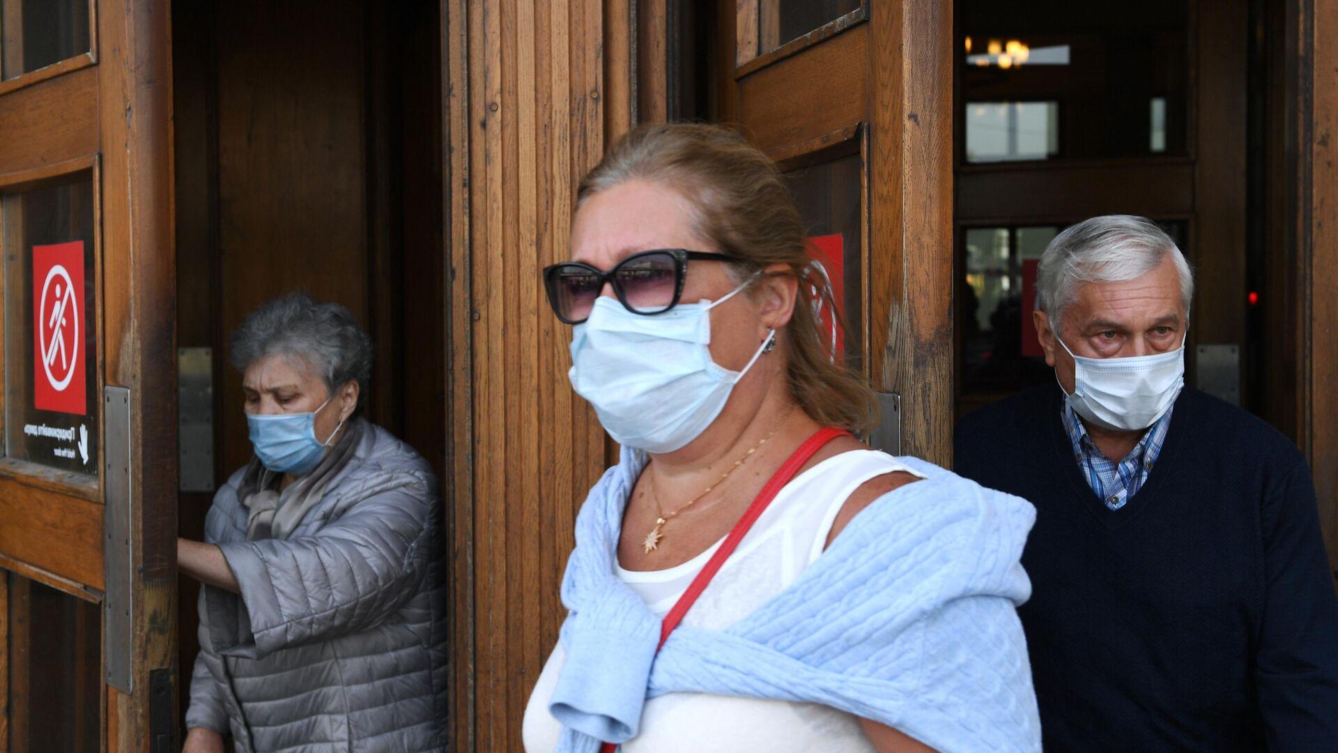 Пассажиры в медицинских масках выходят из вестибюля станции метро Парк культуры в Москве - РИА Новости, 1920, 14.10.2020
