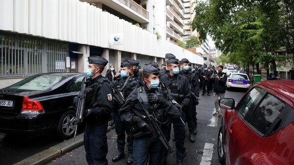 Сотрудники полиции на месте нападения у бывшего офиса французского сатирического журнала Charlie Hebdo в Париже