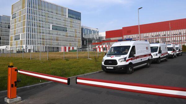 Машины скорой помощи у больницы в Коммунарке