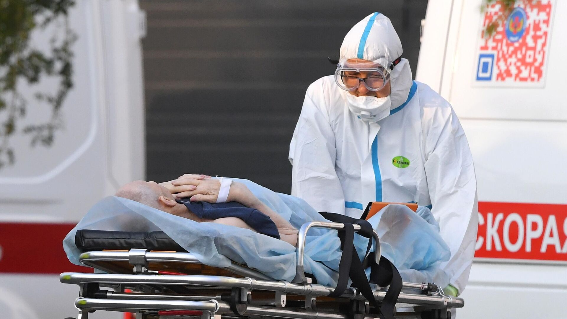 Бригада скорой медицинской помощи доставила пациента в карантинный центр в Коммунарке - РИА Новости, 1920, 02.10.2020