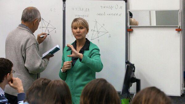 Студенты Московского государственного технического университета имени Н.Э. Баумана занимаются в группе для слабослышащих