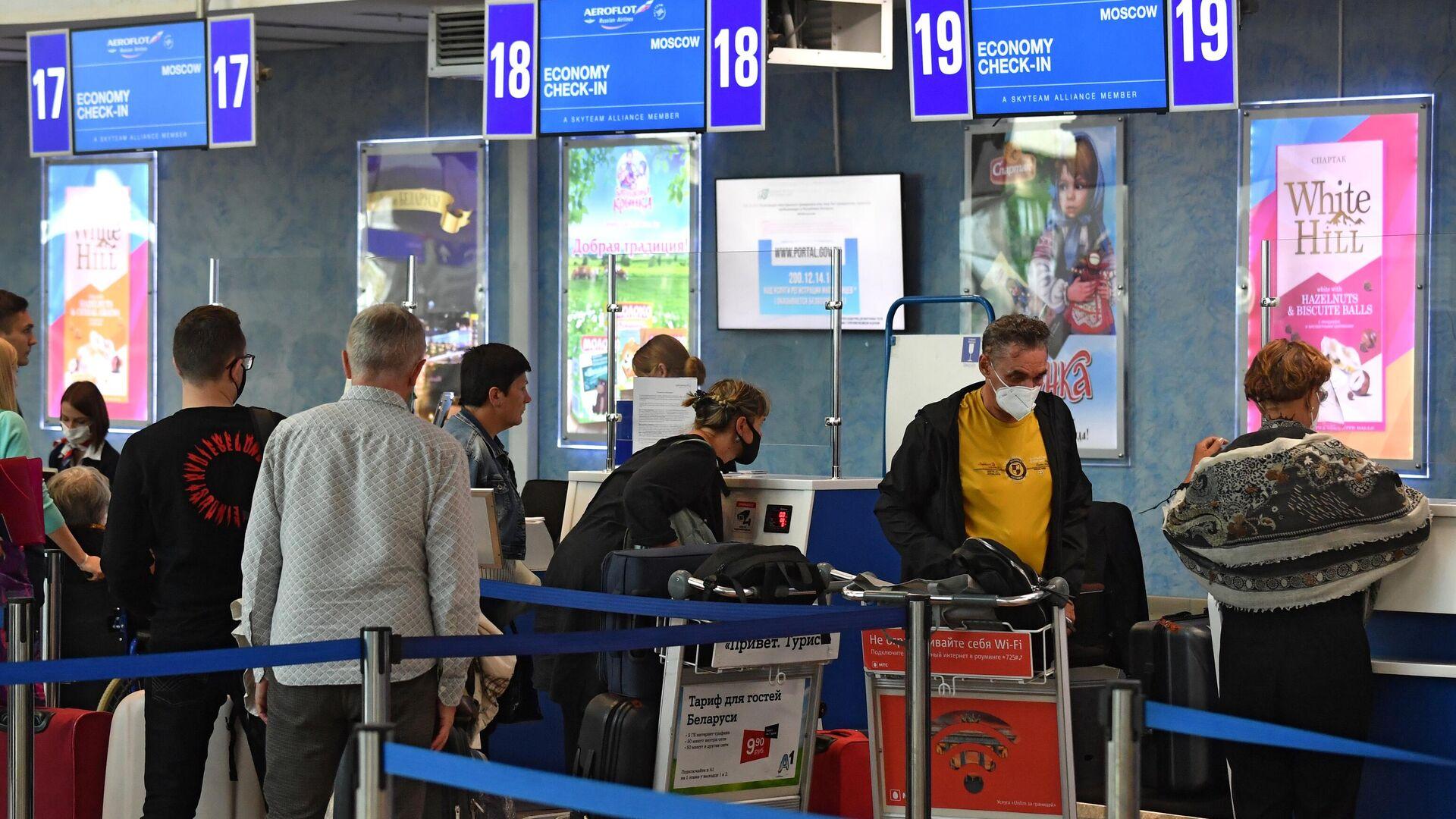Пассажиры у стойки регистрации в национальном аэропорту Минск - РИА Новости, 1920, 05.03.2021