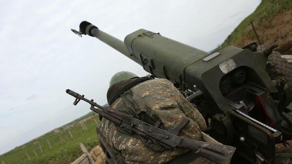Военнослужащий на артиллерийской позиции в зоне карабахского конфликта