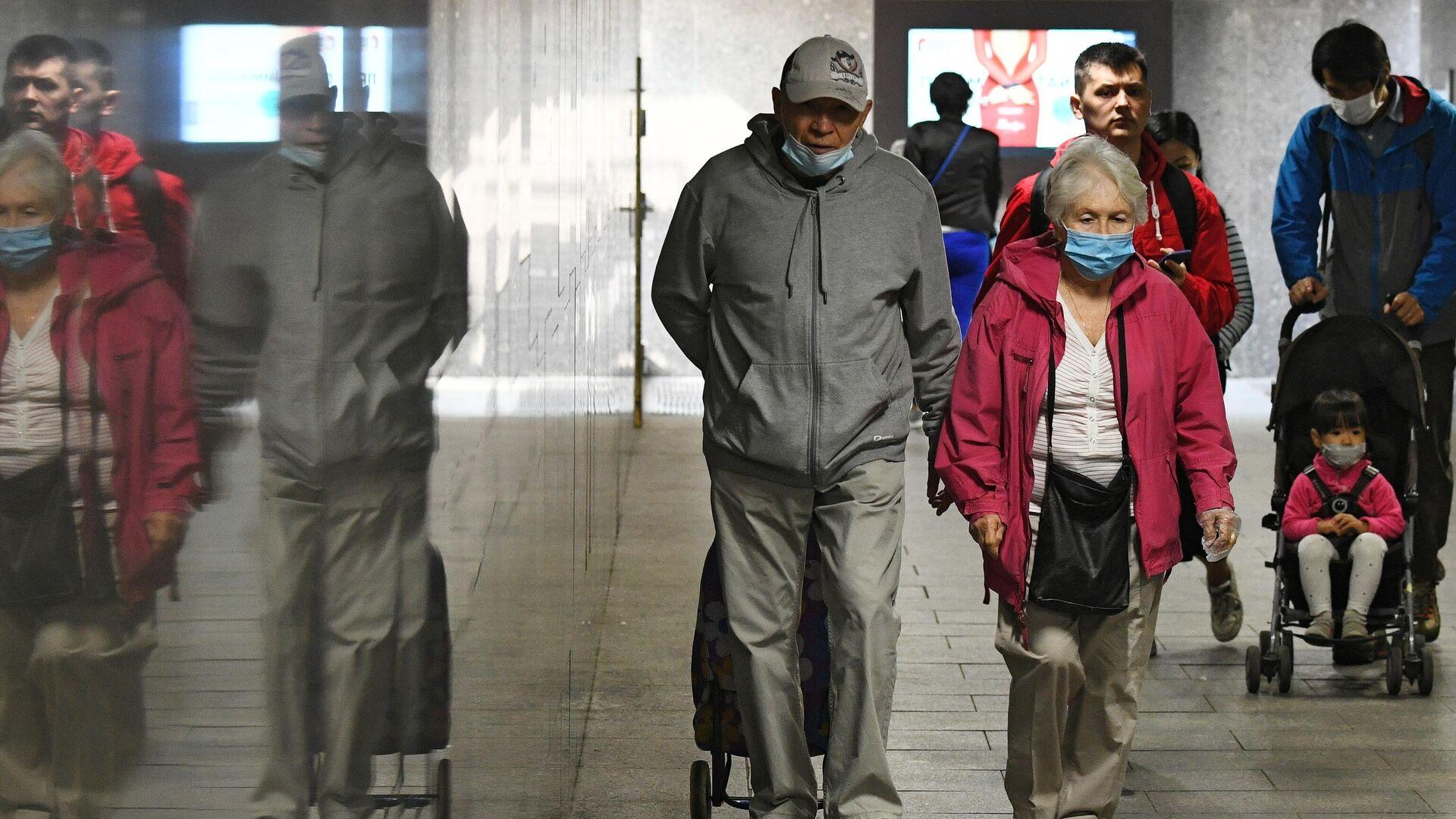 Люди в защитных масках в переходе в Москве - РИА Новости, 1920, 30.09.2020