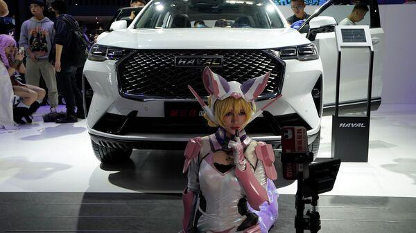Девушка на фоне автомобиля Haval H6 на международном автошоу в Пекине