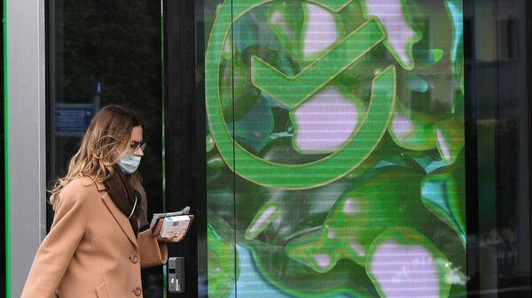 Девушка возле первого офиса Сбербанка в новом формате, открывшегося на Цветном бульваре в Москве