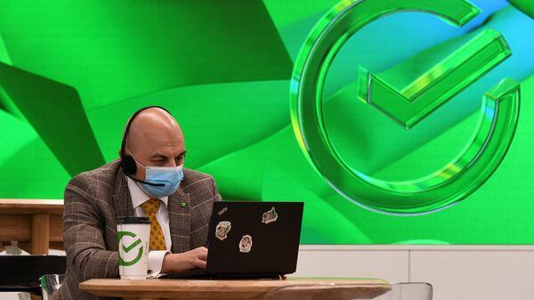 Сотрудник первого офиса Сбербанка в новом формате, открывшегося на Цветном бульваре в Москве