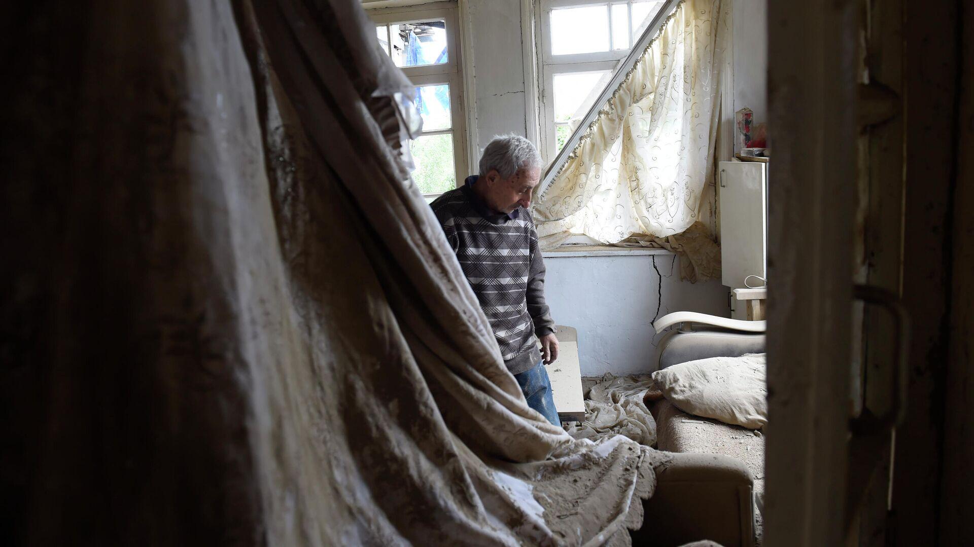 Местный житель показывает комнату пострадавшего после обстрелов дома в городе Мартуни непризнанной Нагорно-Карабахской Республики  - РИА Новости, 1920, 29.09.2020