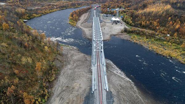 Новый железнодорожный мост через реку Кола под Мурманском