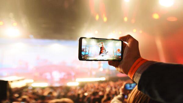 Зритель снимает на мобильный телефон
