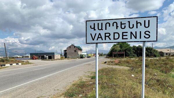 Дорожный знак при въезде в город Варденис