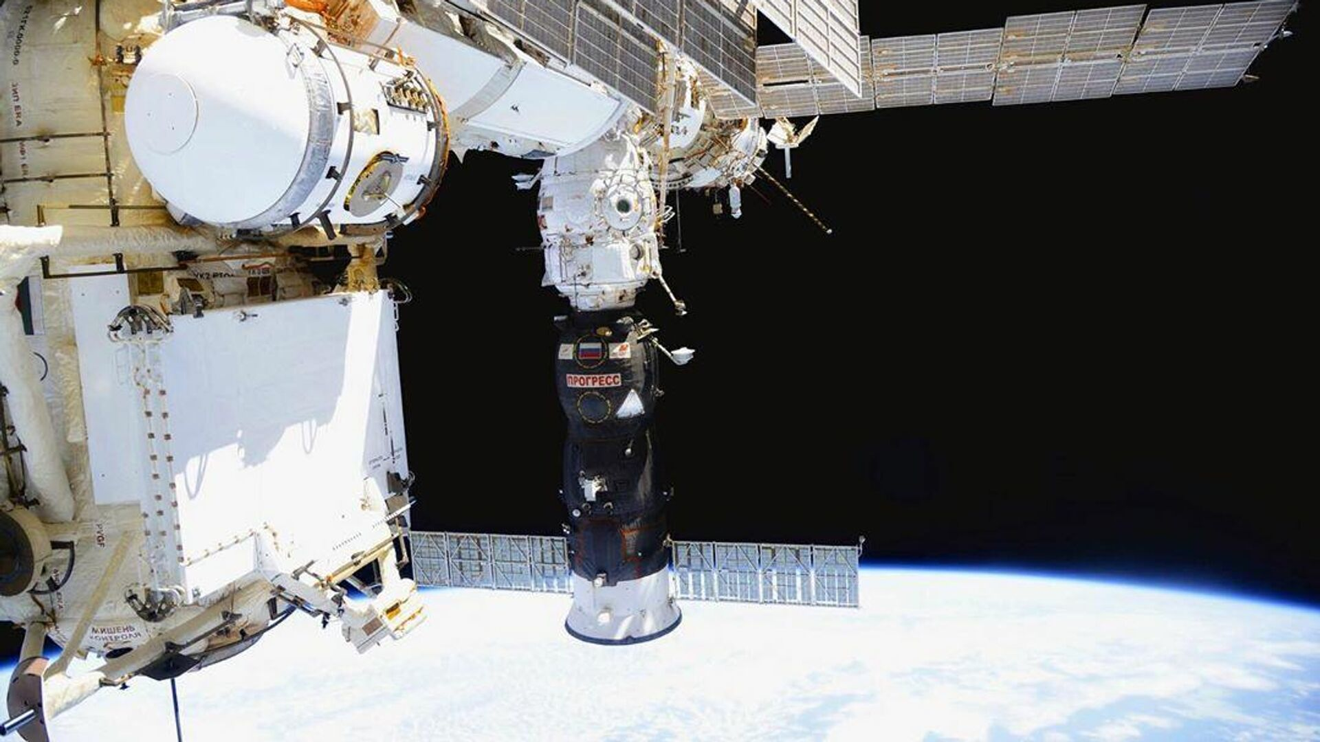 Грузовой корабль Прогресс пристыкованный к Международной космической станции - РИА Новости, 1920, 19.10.2020