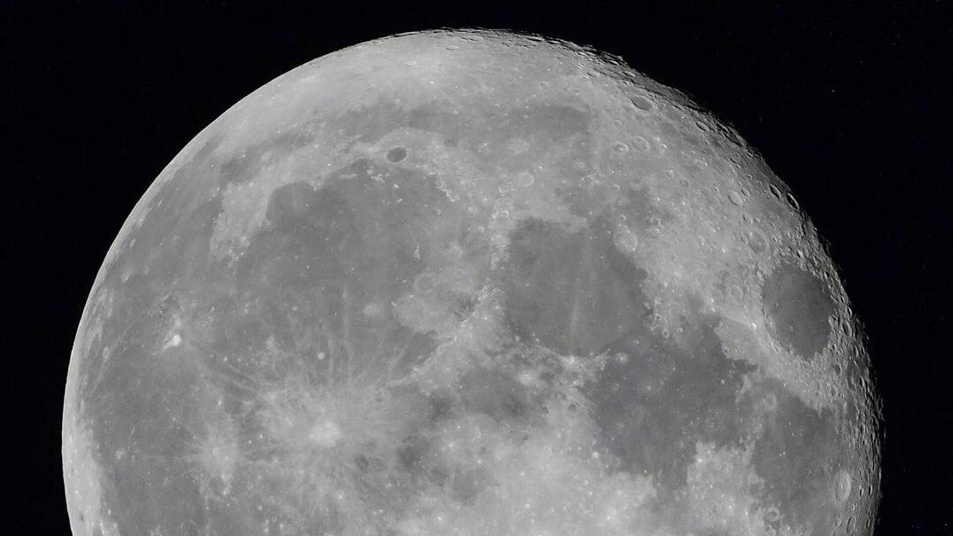 Луна из иллюминатора Международной космической станции  - РИА Новости, 1920, 28.10.2020