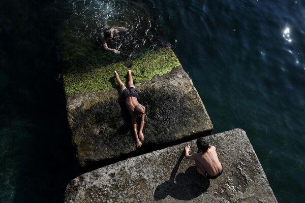 Дети купаются на Массандровском пляже в Ялте