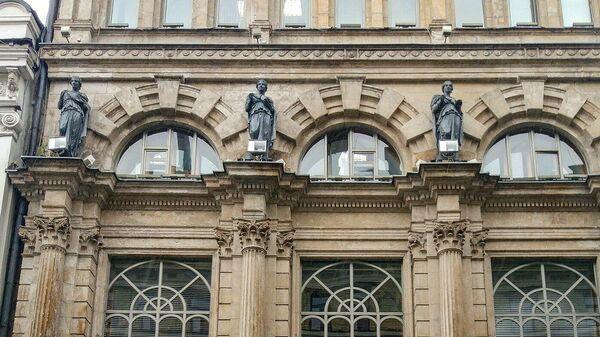 Фигуры богини здоровья Гигеи на здании бывшей аптеки Феррейна на Никольской улице в Москве