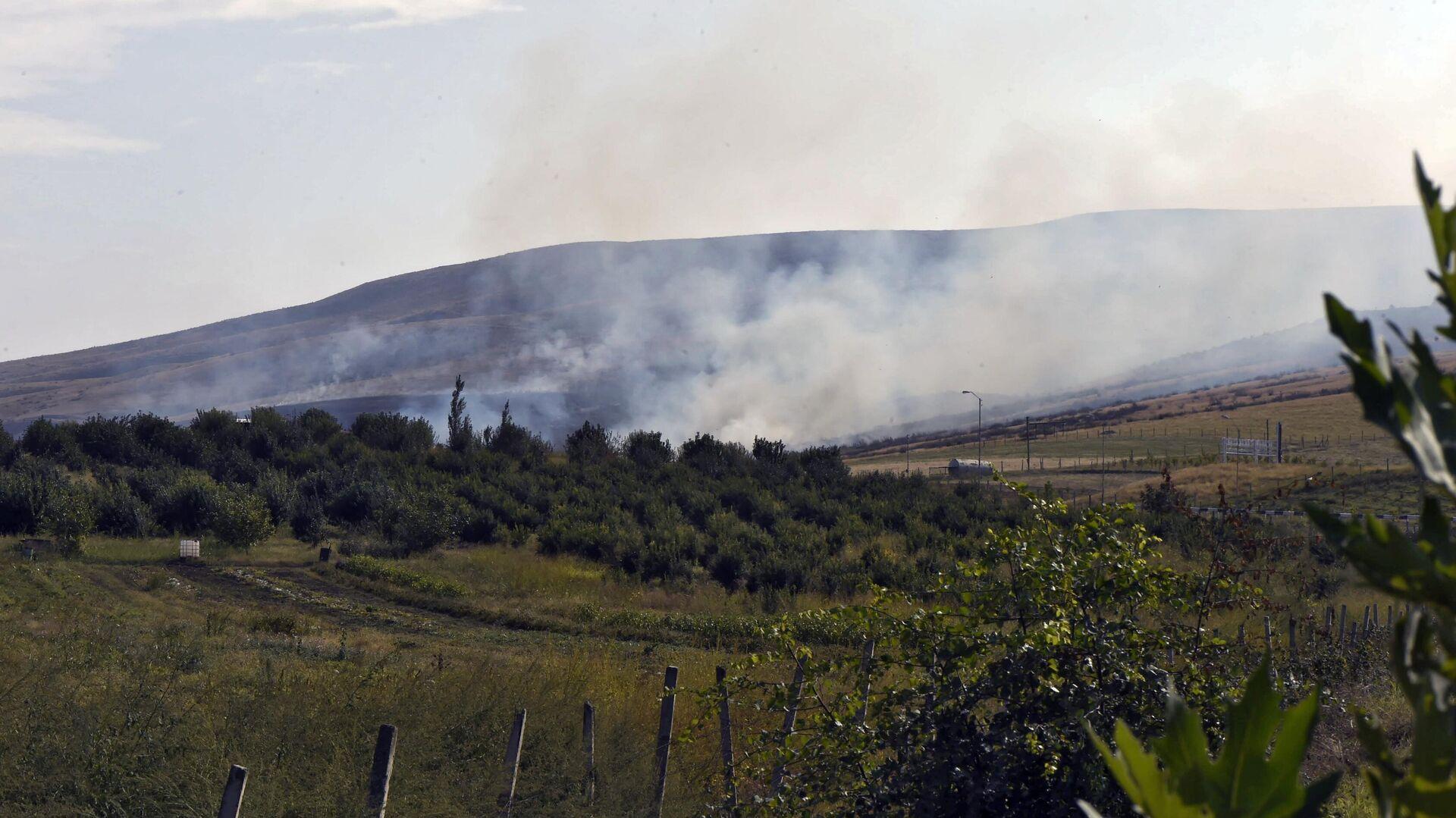 Дым от пожара, возникшего в результате обстрела в Мартакертском районе Нагорного Карабаха - РИА Новости, 1920, 30.09.2020