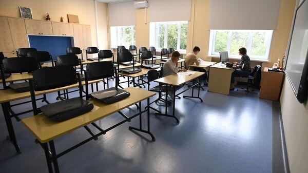 Ученики с учителем перед началом учебного года в классе московской школы Класс-центр