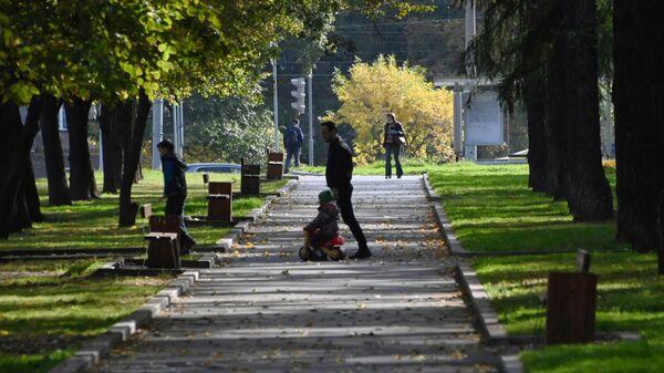 Люди гуляют в сквере на улице Марии Ульяновой в Москве