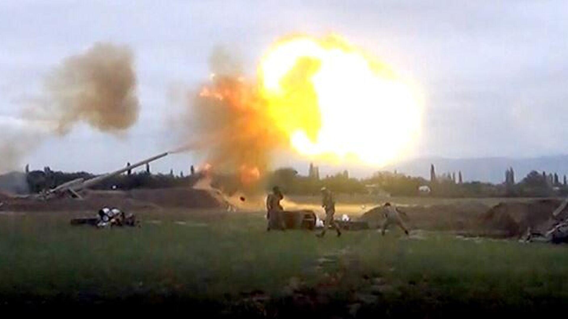 Подразделения азербайджанской армии наносят артиллерийские удары - РИА Новости, 1920, 01.10.2020