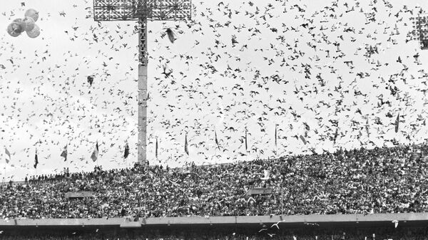 На олимпийском стадионе в день открытия XIX Олимпиады в Мехико