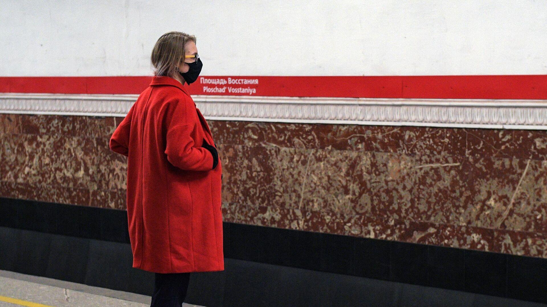 Пассажирка петербургского метрополитена в маске - РИА Новости, 1920, 08.10.2020