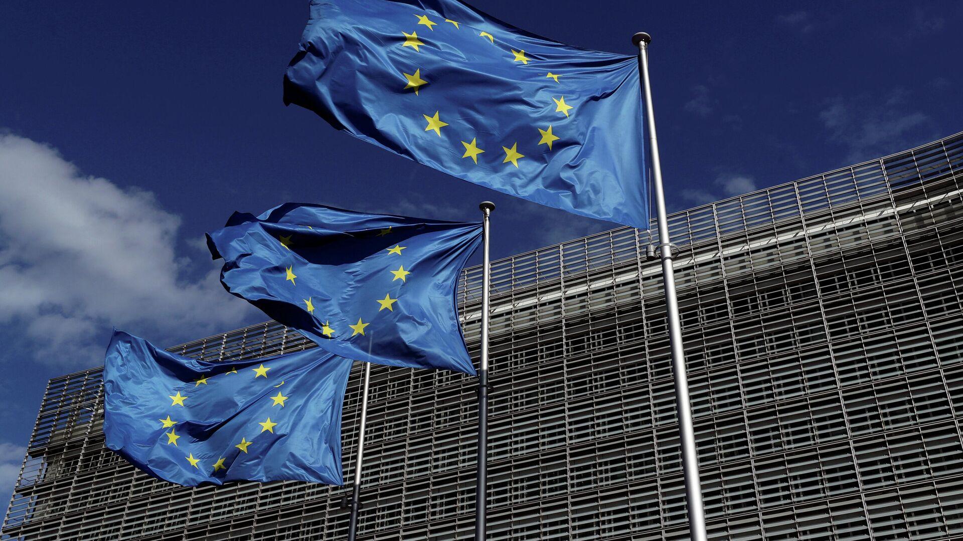 Флаги Европейского Союза у штаб-квартиры Европейской комиссии в Брюсселе - РИА Новости, 1920, 14.10.2020