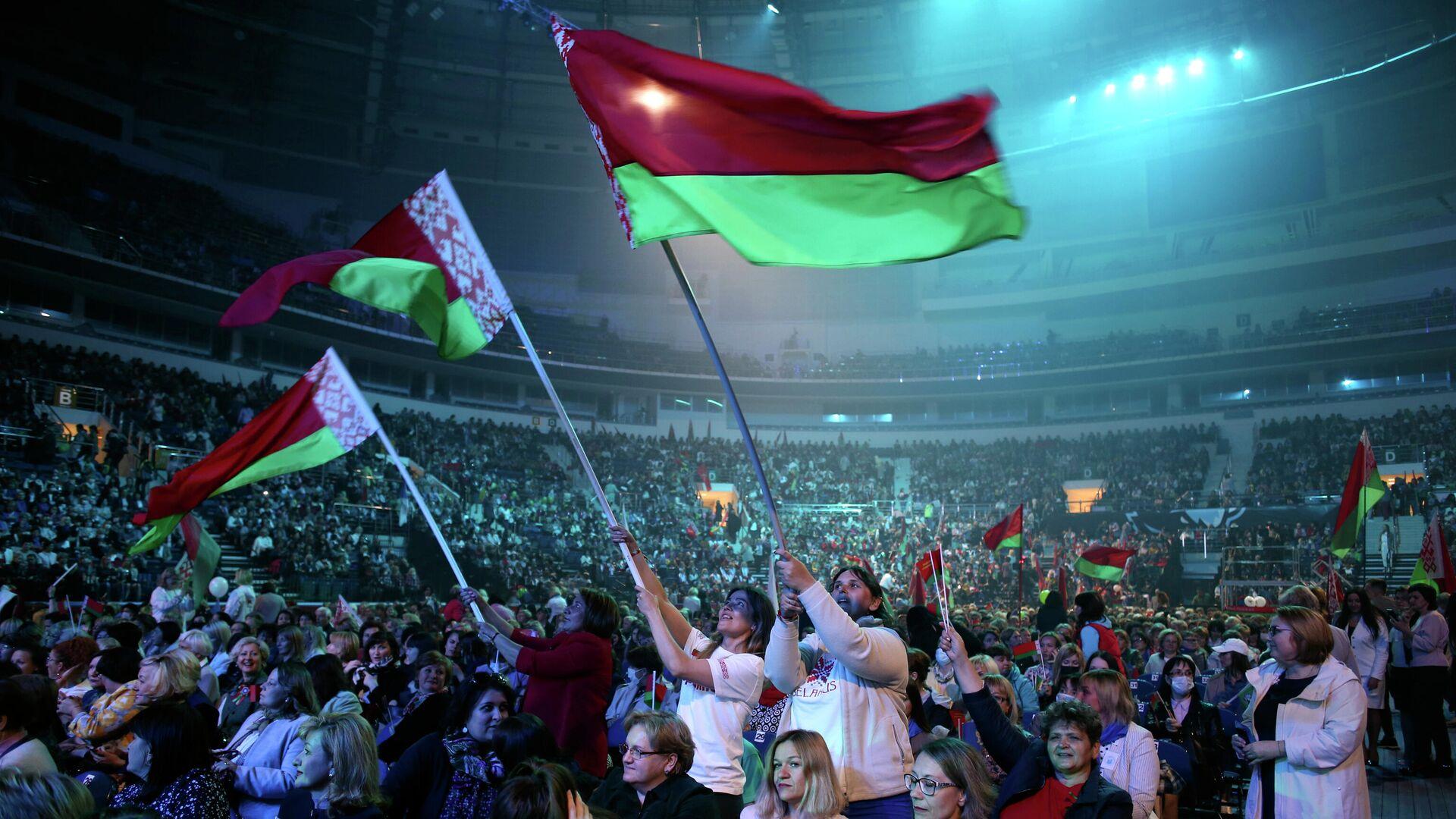 Участники форума в Минске с флагами Белоруссии во время выступления президента Белоруссии Александра Лукашенко - РИА Новости, 1920, 02.10.2020