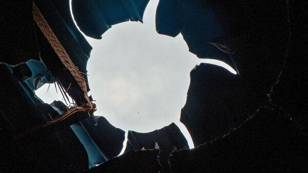 Поврежденная крыша в результате обстрелов по общине Иванян Нагорного Карабаха.