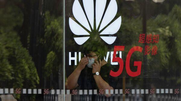 Логотип компании Huawei в магазине в Пекине