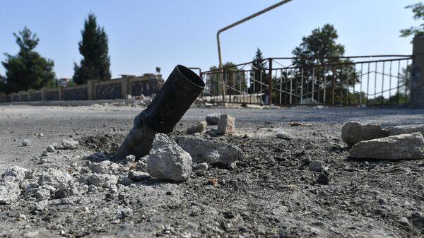 Снаряд системы залпового огня Град на дороге в азербайджанском Тертере близ Карабаха