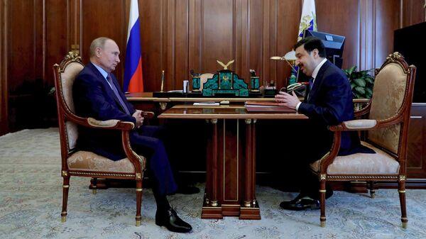 Президент РФ Владимир Путин и ректор РАНХиГС Владимир Мау во время встречи