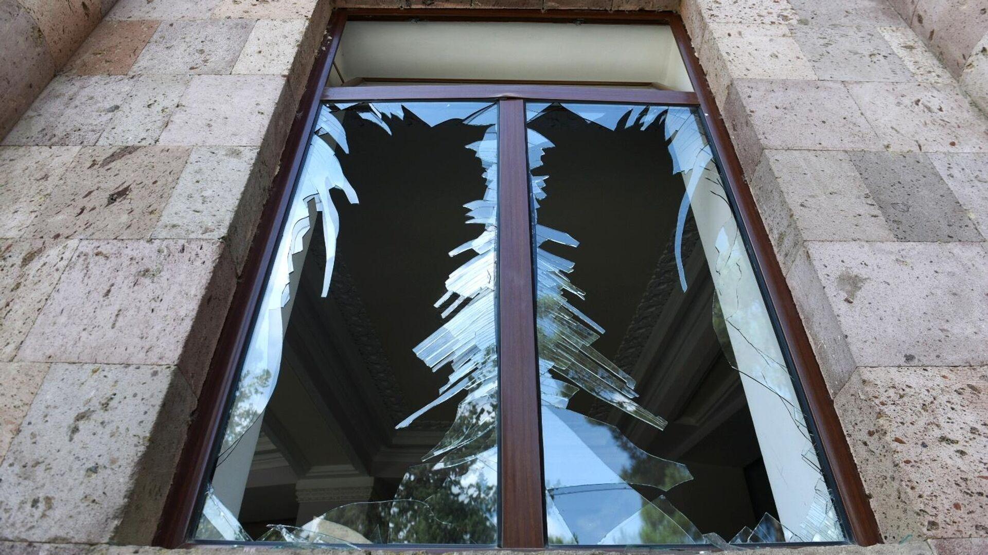 Разбитые стекла в здании после обстрелов в городе Мартуни - РИА Новости, 1920, 02.10.2020