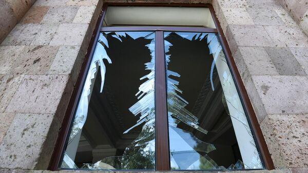 Разбитые стекла в здании после обстрелов в городе Мартуни