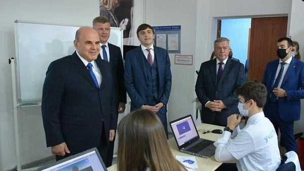Председатель правительства РФ Михаил Мишустин во время посещения колледжа связи и информатики в Ростове-на-Дону