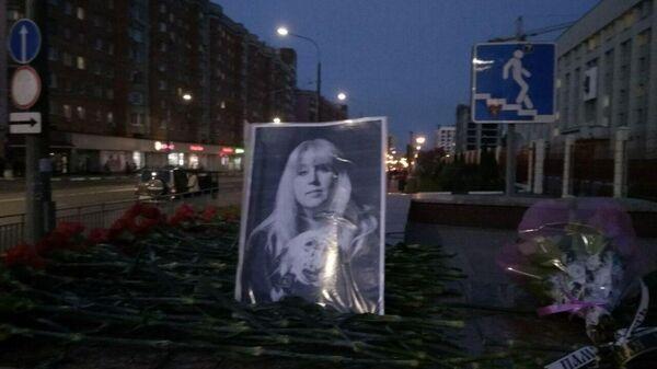 На месте гибели женщины в центре Нижнего Новгорода - стихийный мемориал с фото Ирины Славиной