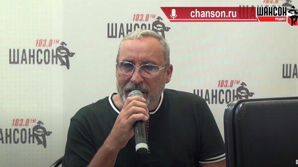 Александр Кальянов во время выступления на Радио Шансон
