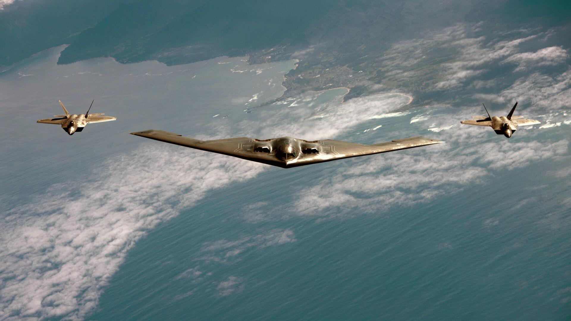 Американский малозаметный стратегический бомбардировщик Northrop B-2 Spirit в сопровождении истребителей F-22 Raptor - РИА Новости, 1920, 26.01.2021