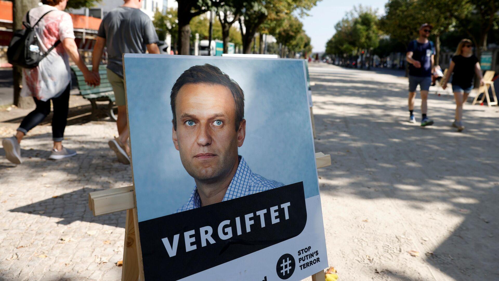 Портрет Алексея Навального с подписью отравлен у здания посольства Российской Федерации в Берлине - РИА Новости, 1920, 17.10.2020