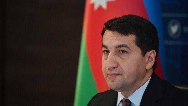 Помощник президента Азербайджана - заведующий отделом по вопросам внешней политики администрации президента Азербайджана Хикмет Гаджиев во время брифинга