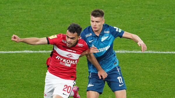 Игрок Спартака Остон Урунов и игрок Зенита Андрей Мостовой