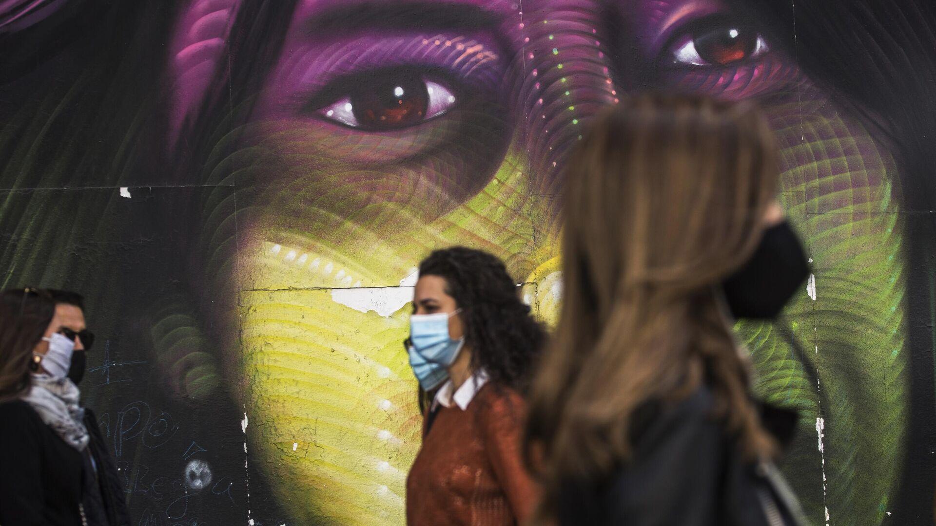 Прохожие в защитных масках на улице Гран-Виа в Мадриде - РИА Новости, 1920, 23.10.2020