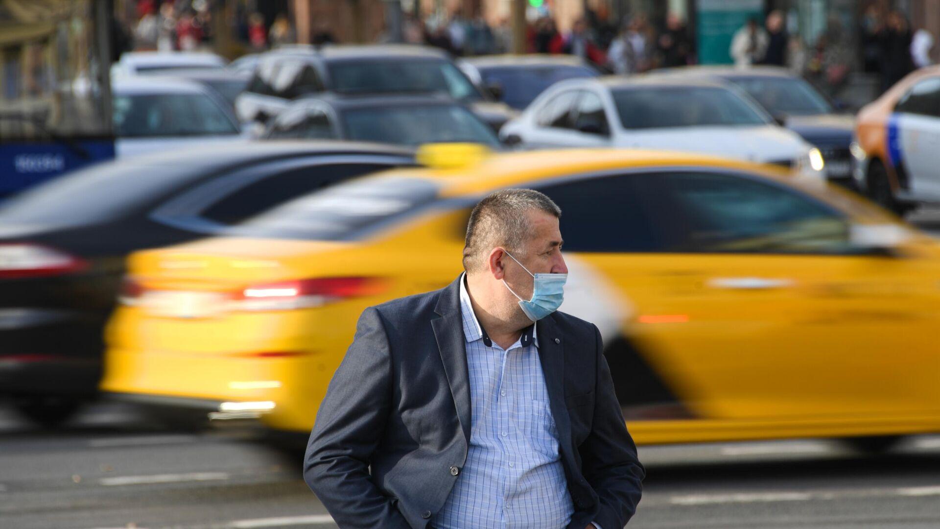 Мужчина в медицинской маске на одной из улиц в Москве. В Москве усилен контроль за соблюдением масочного режима - РИА Новости, 1920, 24.07.2021