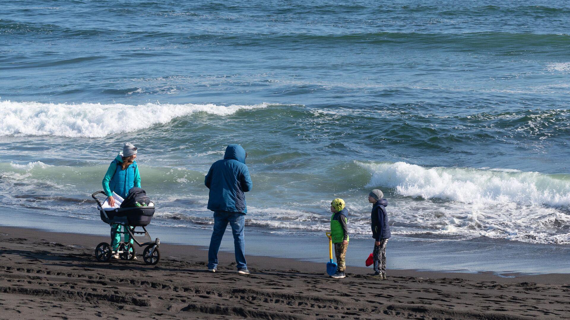 Семья отдыхает на Халактырском пляже Тихоокеанского побережья полуострова Камчатка - РИА Новости, 1920, 23.10.2020