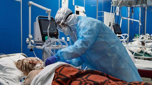 Врач и пациент в отделении реанимации и интенсивной терапии госпиталя COVID-19 в больнице Святого Георгия в Санкт-Петербурге
