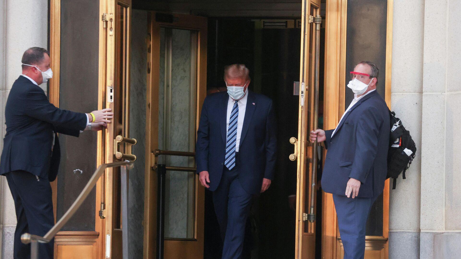 Президент США Дональд Трамп покидает Национальный военно-медицинский центр Уолтера Рида после лечения от коронавирусной болезни - РИА Новости, 1920, 07.10.2020