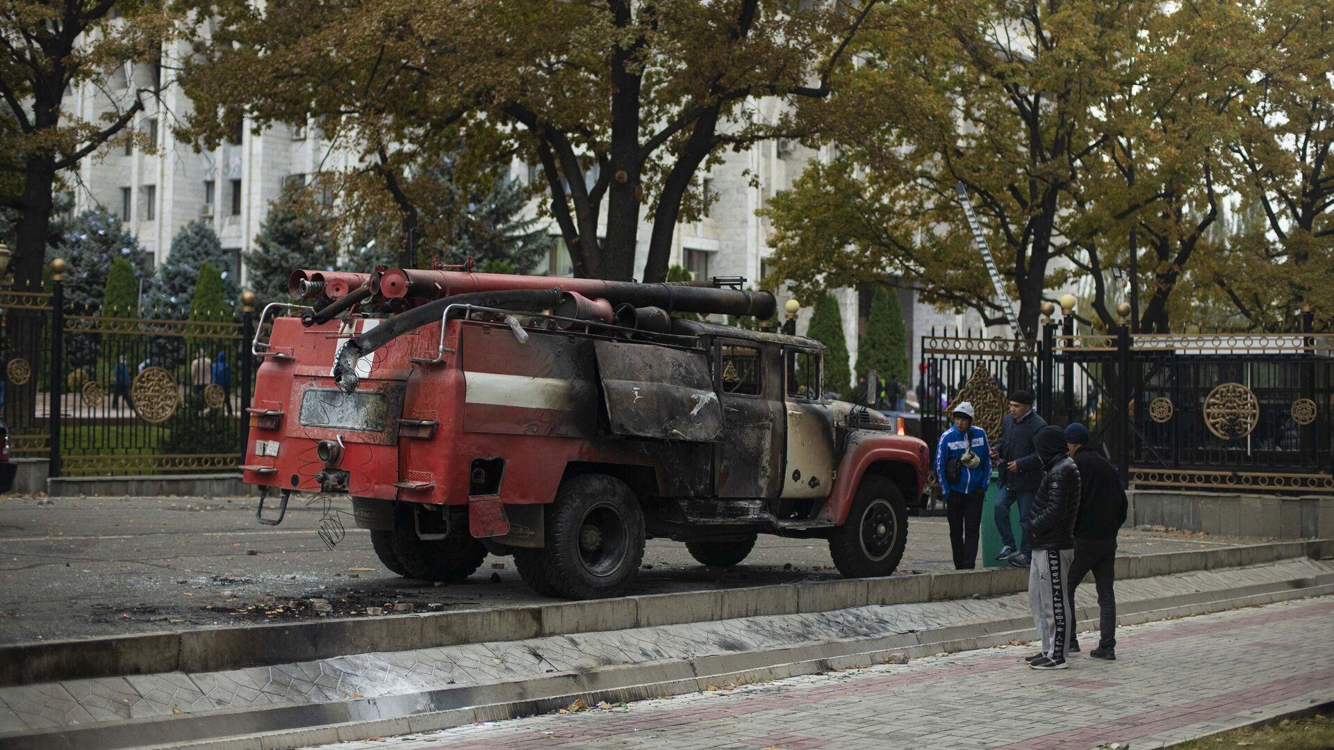 Сожженная пожарная автомашина на центральной площади Бишкека Ала-Тоо - РИА Новости, 1920, 06.10.2020